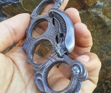 Xenomorph Folding Knuckle Duster Ring | DudeIWantThat com
